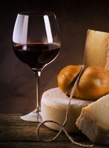 Maridaje de queso con vino tinto.