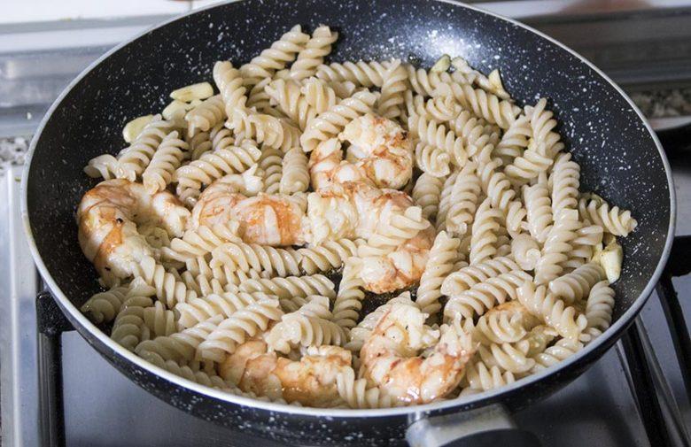 pasta-de-arroz-con-langostinos-5